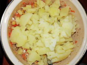 Мимоза. Шаг 9. Плюс нарезанная картошка