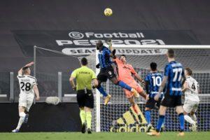 Джанлуиджи Буффон в действии, в прошлом месяце спас ворота после головой Ромелу Лукаку из Интера